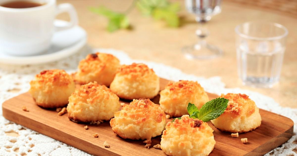 Фото Рецептов приготовления кокосового печенья много, сегодня хотим предложить самый лучший. Для этого нам понадобится кокосовая стружка, сахар, яичный белок и яблочное пюре. Печенье получается нежным и просто тает во рту, для чаепития в семейном кругу в