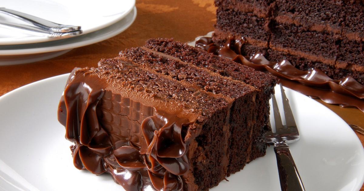 Фото Шоколадный торт по этому рецепту получается в меру сладким с насыщенным шоколадным вкусом, мягкий, сочный и очень вкусный.