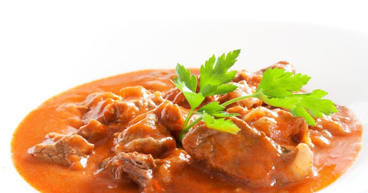 Фото Если вы хотите приготовить что-то очень вкусное на ужин - предлагаем вам приготовить гуляш. Говядина в сочетании с жареным луком и томатной пастой получается нежной, сочной и сытной. В качестве гарнира подойдет как картофельное пюре, так и гречка