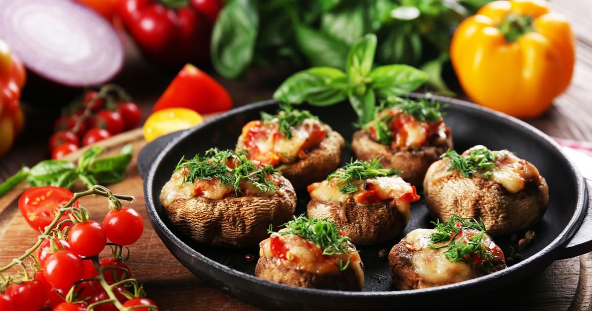 Фото Фаршированные шампиньоны с сыром и помидорами