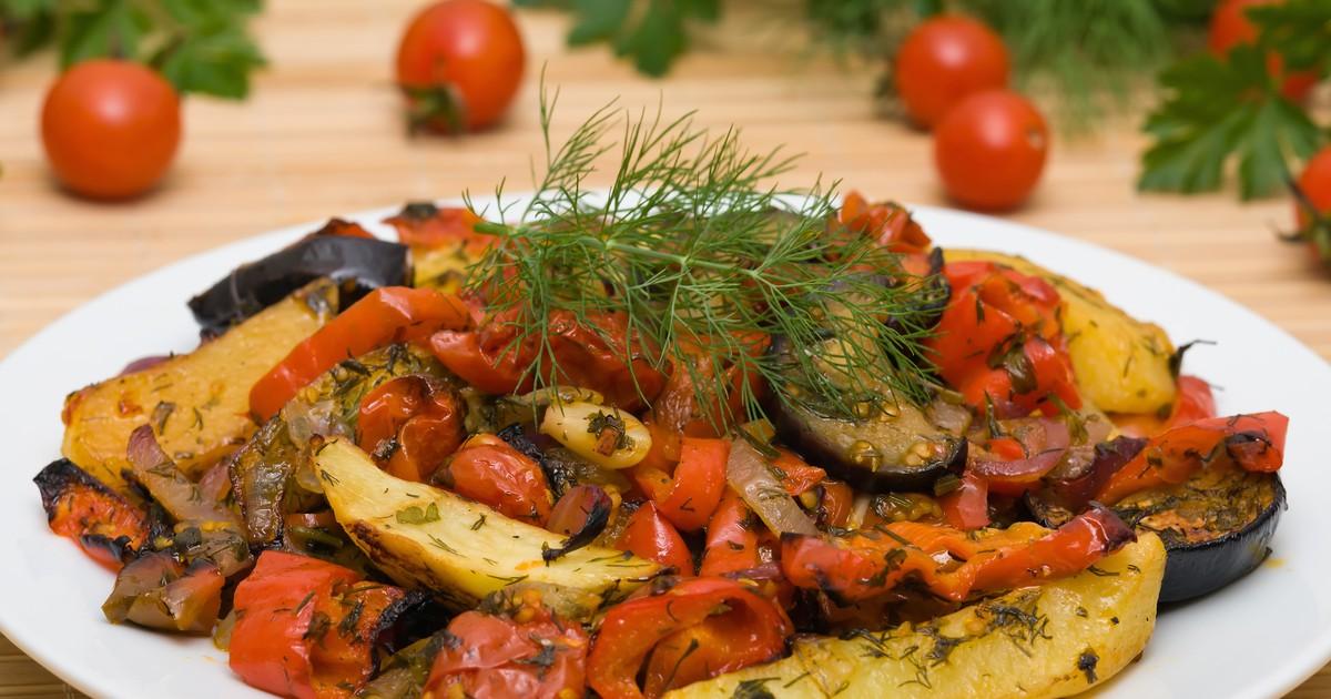 Фото Потрясающе ароматное и необычайно вкусное блюдо кавказской кухни. Тушеные овощи, пропитанные ароматами специй и свежей зелени. Отличная идея для обеда, ужина, вегетарианского или постного меню.