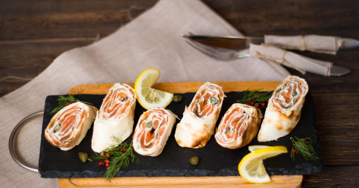 Фото Рулет из лаваша красной рыбой и сливочным сыром