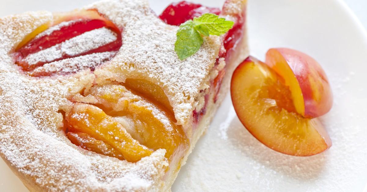 Фото Простой сливовый пирог в мультиварке