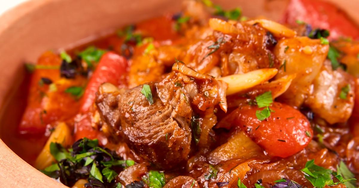 Фото Знаменитая хашлама - это нечто среднее между первым и вторым блюдом. Нарезанные кусочки мяса и овощи выкладываются слоями в казан и готовятся в собственном соку, благодаря чему блюдо получается насыщенным и невероятно вкусным. Хашлама очень сытная,