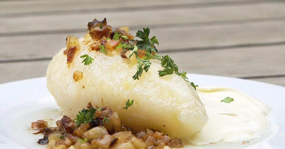 Фото Цеппелины - одно из вкуснейших блюд литовской кухни, давно заслужившее верную и преданную любовь жителей Литвы. Большие картофельные котлеты с мясной начинкой получаются воздушными, мягкими и истекают ароматным соком. Сказать, что они вкусные, не а