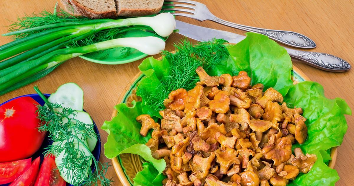 Фото Ну кто из нас не любит вкусных грибов, особенно если они собраны собственными руками? Предлагаем вам приготовить к гарниру на ужин жареных лисичек. Вкусные, ароматные и сочные - они станут отличным дополнением главного блюда!