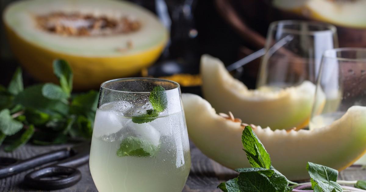 Фото Летом больше всего хочется наслаждаться сезонными спелыми и сочными фруктами и ягодами. Мы подготовили для вас отличный рецепт домашнего дынного лимонада. Он отлично утоляет жажду. Лимонад получается невероятно вкусным, ароматным и освежающий, а еще