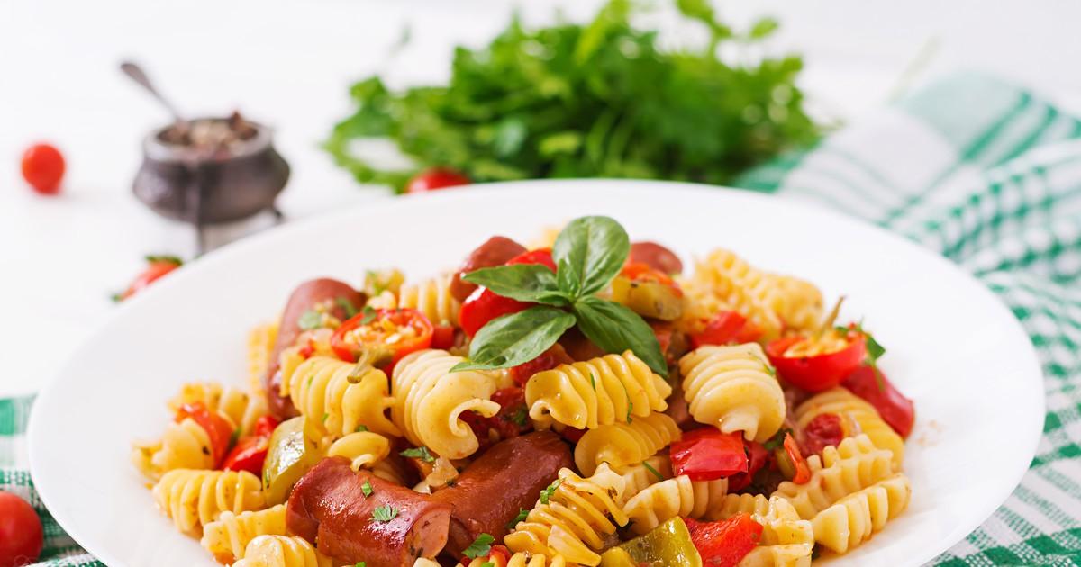 Фото Пикантная паста с охотничьими колбасками и томатным соусом