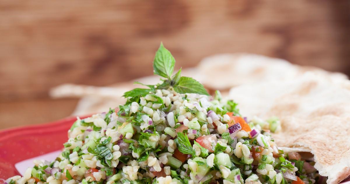 Фото Хотите побаловать свою семью необычным салатом? Этот полезный и диетический салат подарит вам энергию и настоящее наслаждение. Готовится он очень просто, получается легким и освежающим, а правильно подобранная смесь трав прекрасно оттенит крупу и