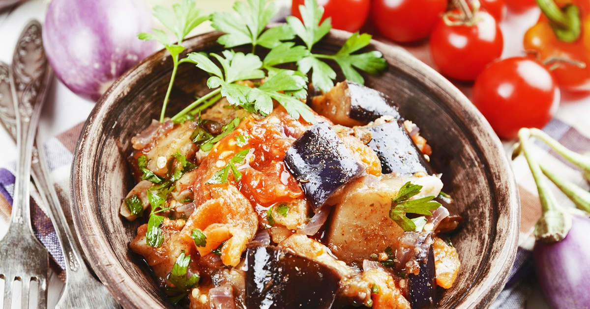 Фото Потрясающее овощное рагу со смесью пряных специй и трав, которые придают ему неповторимый аромат и яркий вкус. В Грузии аджапсандали является основным блюдом и его едят без гарнира в холодном или тёплом виде. Подают блюдо вместе с бокалом вина и