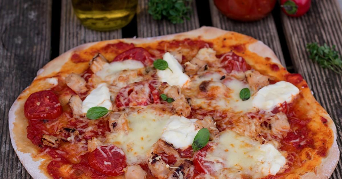 Фото Домашняя пицца с курицей, помидорами и сыром