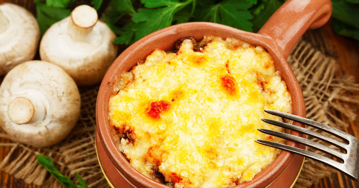Фото Сочное мясо в горшочке с картофелем и сыром