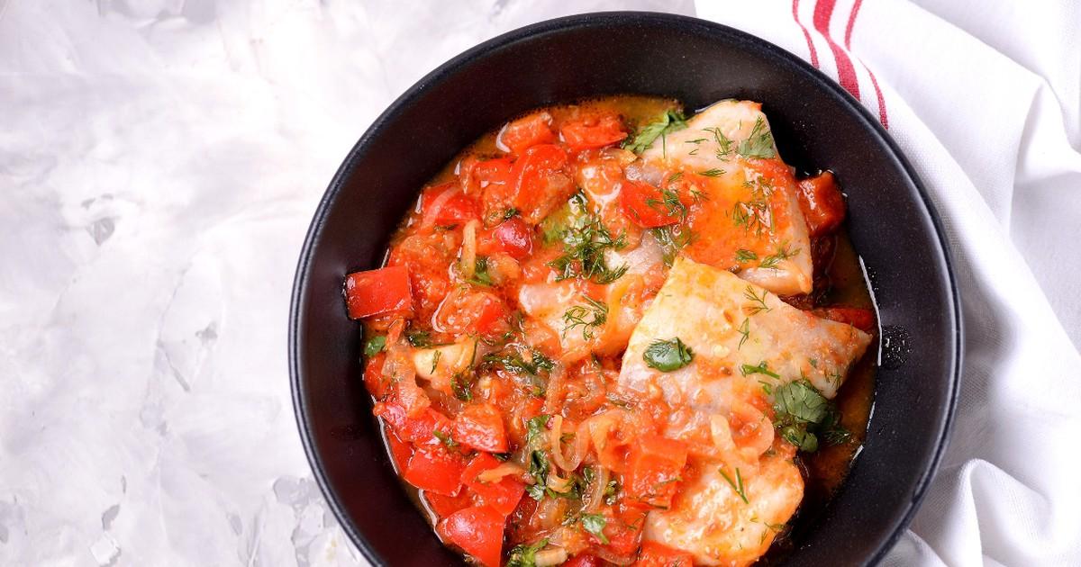 Фото Тушёная рыба с томатами по-домашнему
