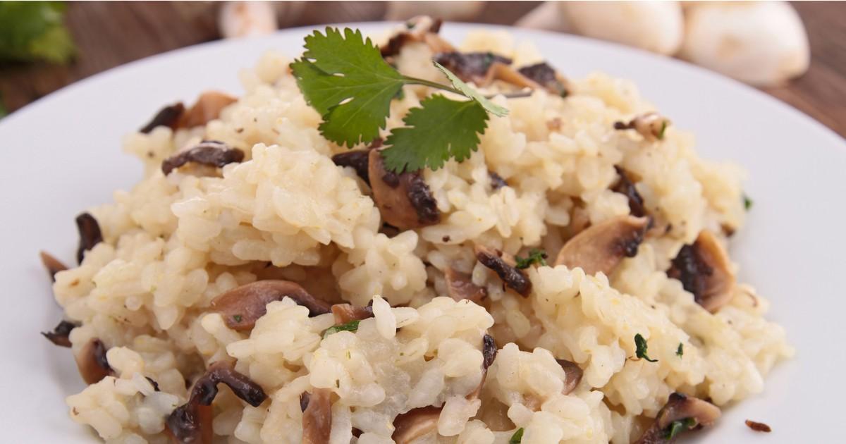Фото Грибное ризотто станет желанным гостем на вашем повседневном столе. Рис вберет в себя аромат и вкус других составляющих блюда и получится рассыпчатым и вкусным.