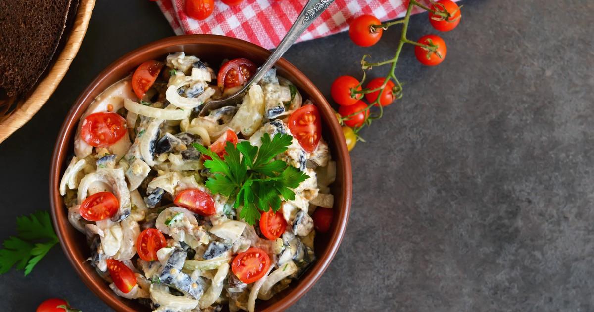 Фото Салат с курицей, кальмарами, грибами и помидорами