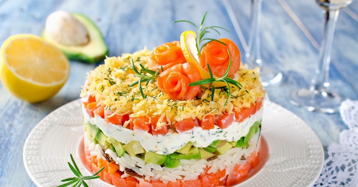 Фото Праздничный салат с лососем и авокадо