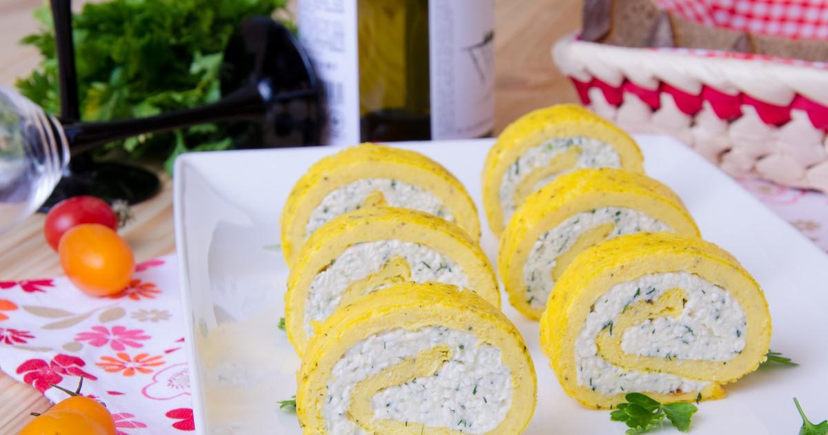 Фото Яичный рулет со сливочным сыром и чесноком