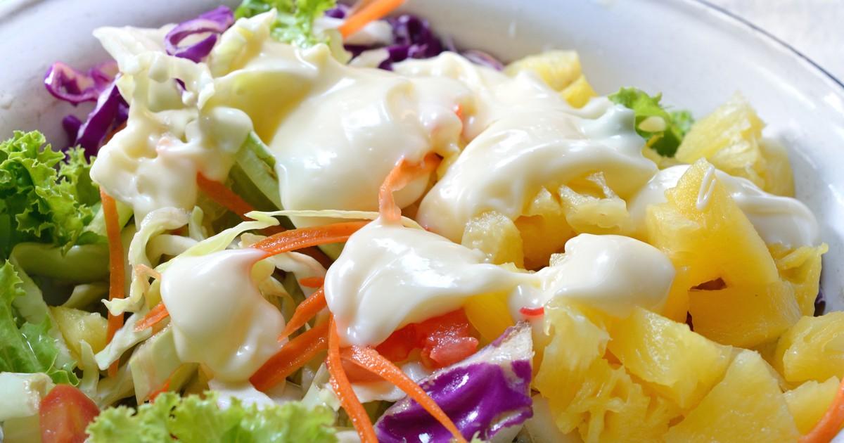 """Фото Салат """"Гавайский"""" подойдет как для праздничного стола, так и для семейного ужина. Кусочки ананаса выгодно дополнят этот салат и придадут ему свежести. Блюдо получится легкое и вкусное."""