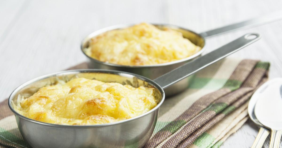 Фото Нежный картофель, запеченный со сметаной и луком с аппетитной сырной корочкой.