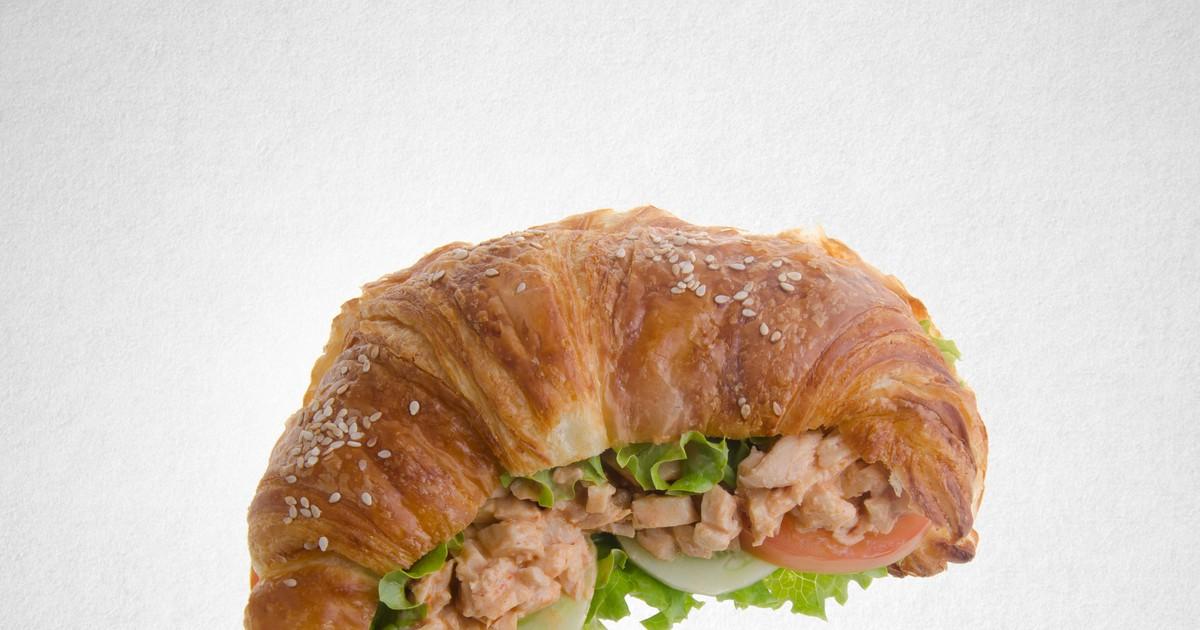 Фото Сэндвич-круассан с курицей