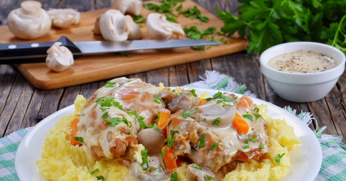 Фото Тушеный кролик в сметанном соусе с картофельным пюре