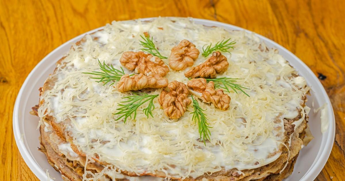 Фото Печёночный торт с грецкими орехами
