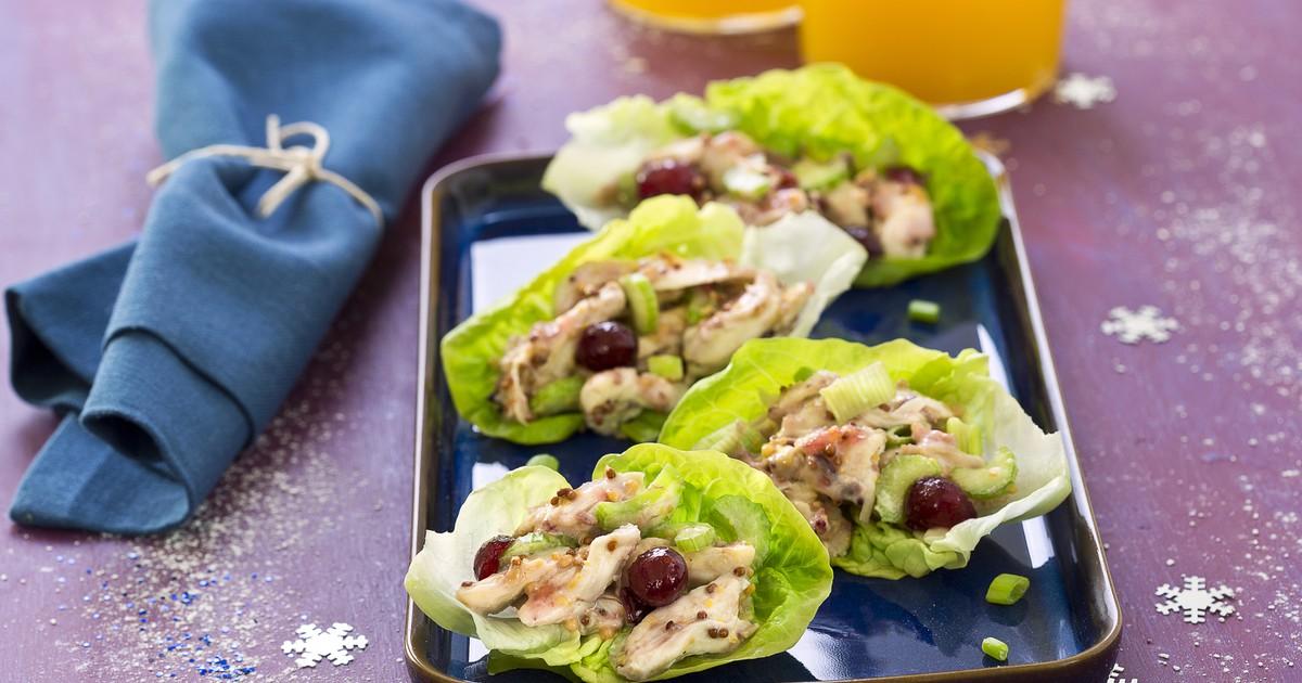 Фото Куриный салат с клюквой на салатных листьях