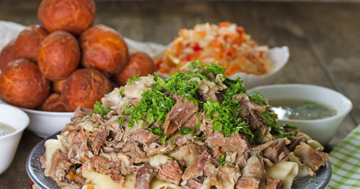 Фото Сочное, мясное, наваристое блюдо казахской кухни из нескольких видов мяса.