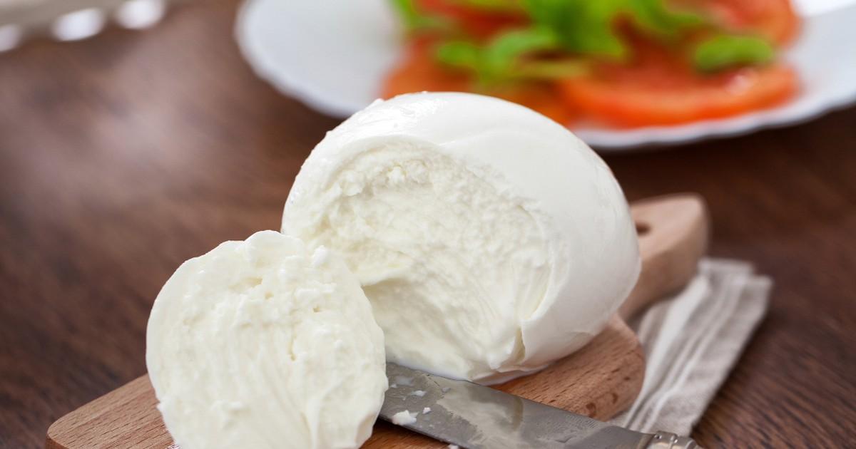 Фото Домашняя моцарелла, приготовленная по этому рецепту, получается нежной и вкусной.