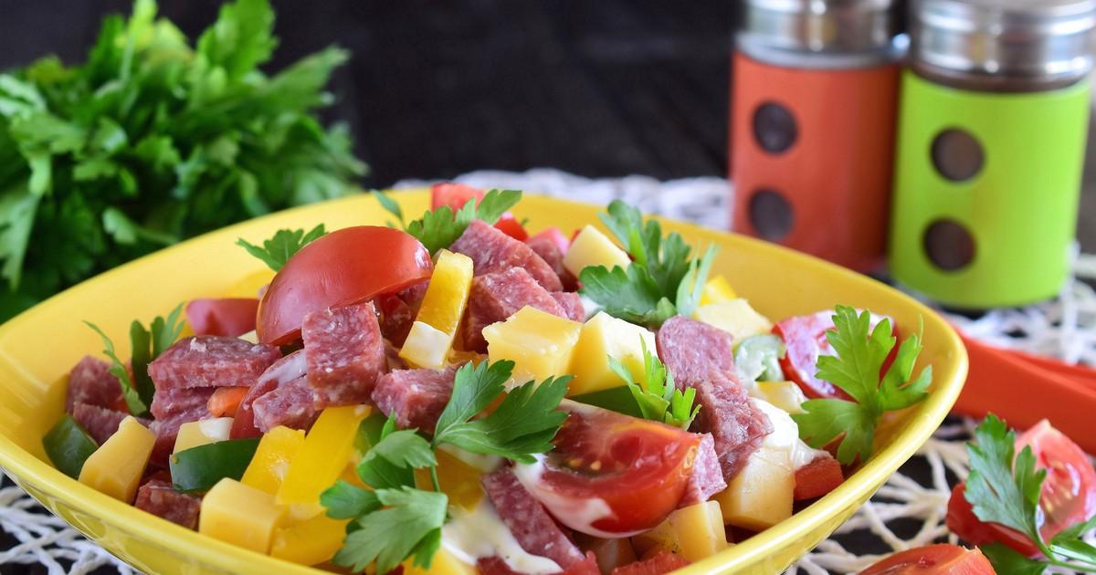 """Фото Салат """"Гусарский"""" с колбасой, помидорами и сыром"""