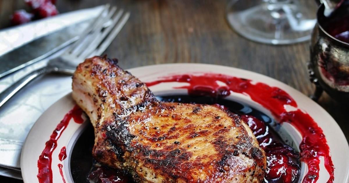 Фото Свиной стейк с вишнёвым соусом