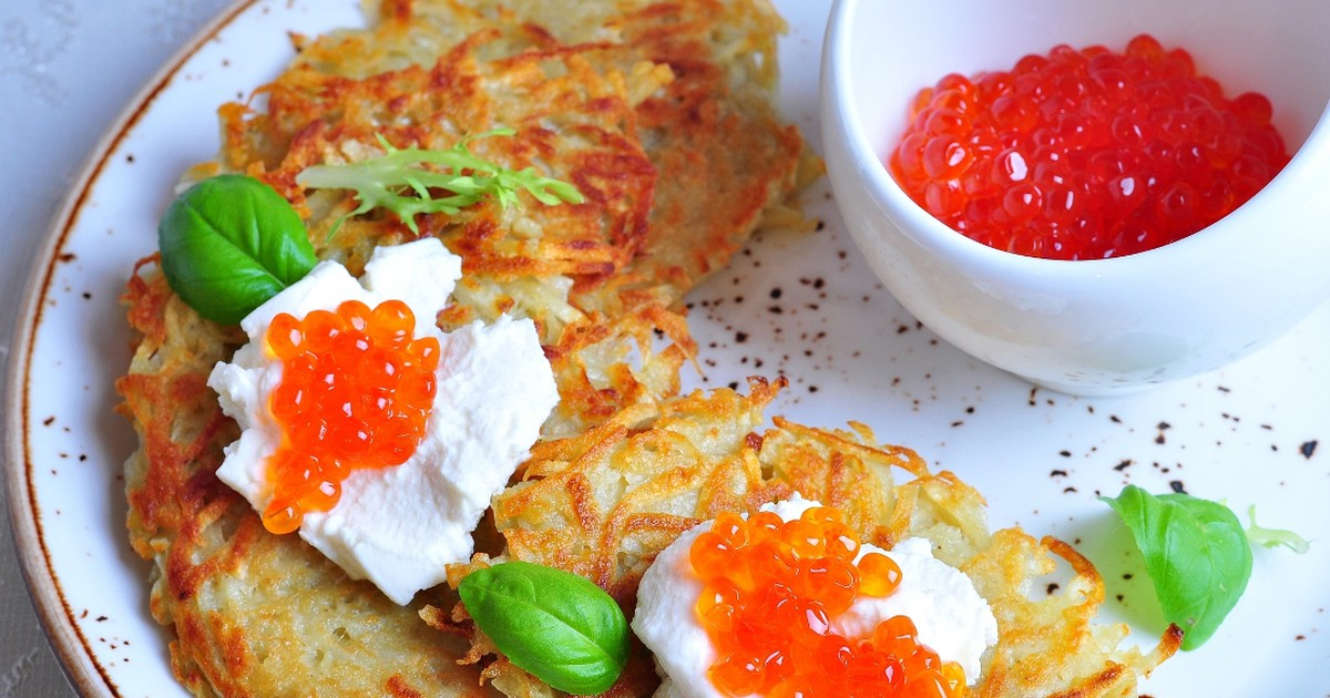 Фото Праздничные картофельные драники с сыром и красной икрой