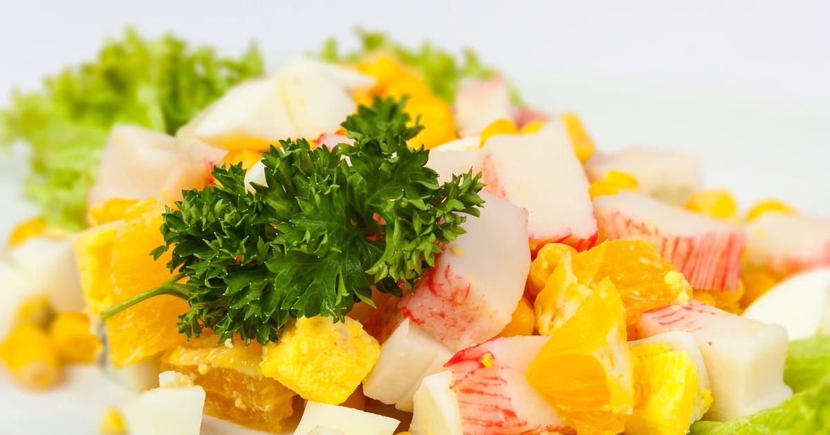 Фото Салат с апельсином, кукурузой и крабовыми палочками