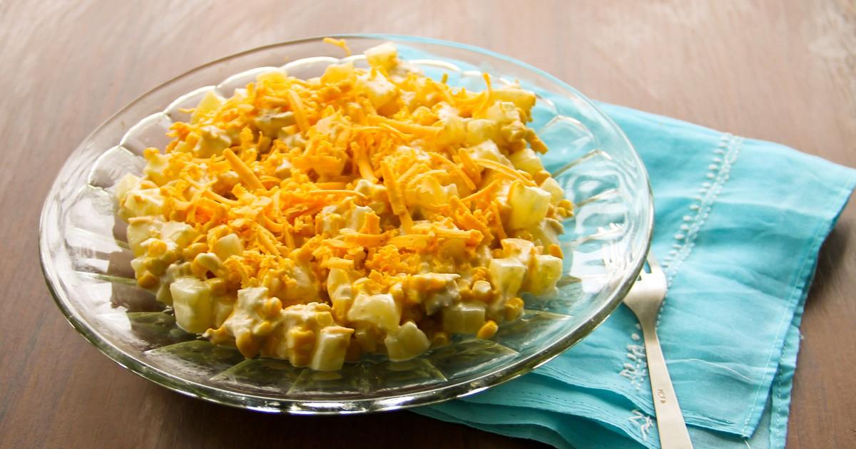 Фото Салат из куриной грудки, ананасов, кукурузы и сыра
