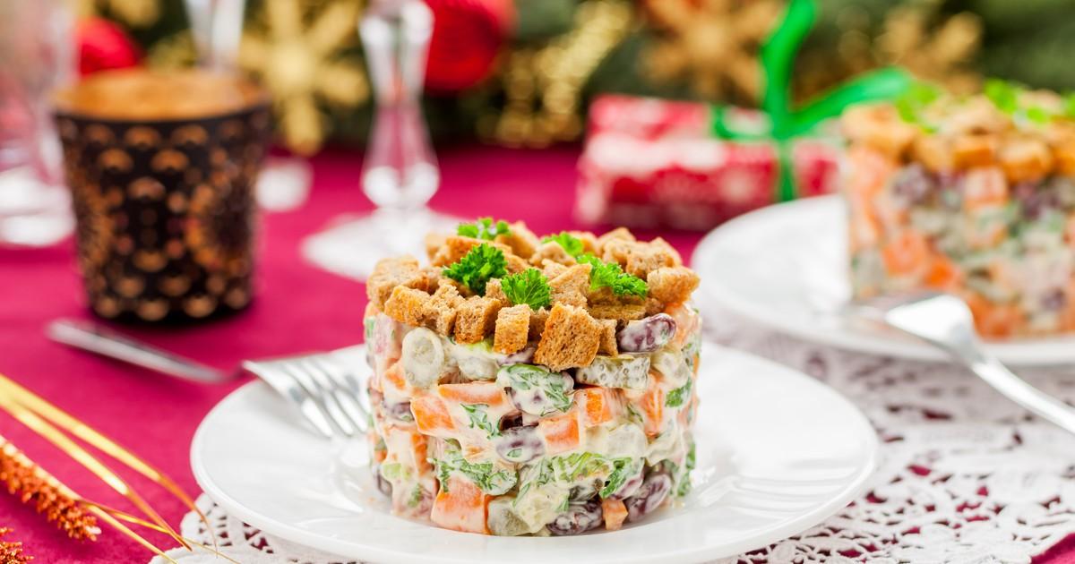 Фото Немецкий рождественский салат с колбасой и фасолью