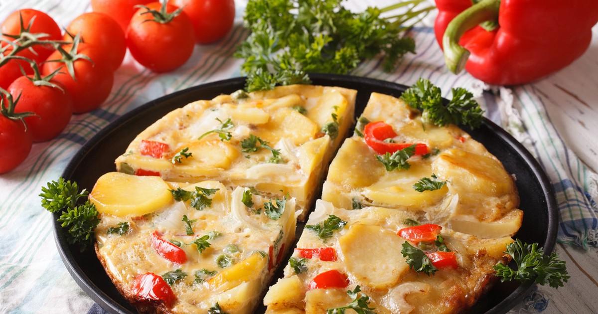 Фото Испанский омлет с картофелем и овощами по-домашнему