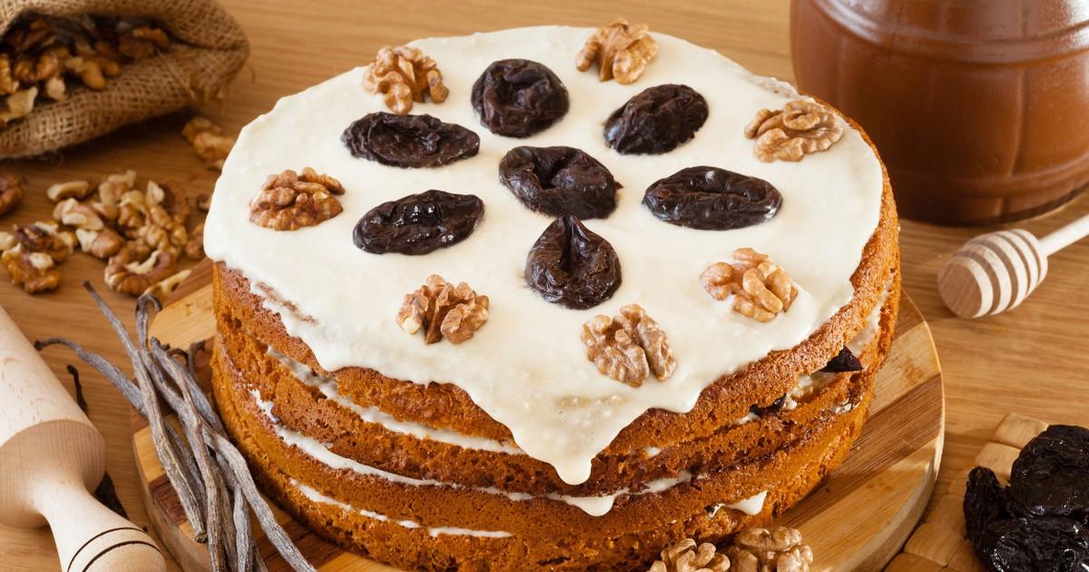 """Фото Вкуснейший торт """"Медовик"""" с орехами и черносливом"""