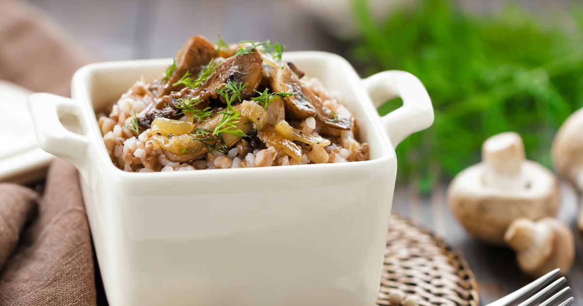 Фото Вкусная и полезная гречневая каша с грибами и луком