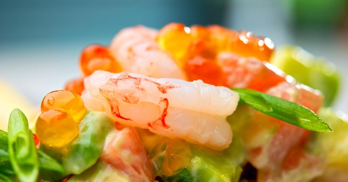 Фото Морской салат с авокадо, креветками и красной икрой