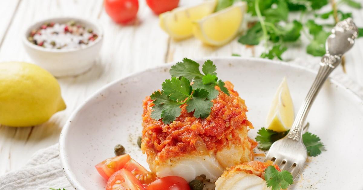 Фото Вкуснейшая запечённая рыба с томатами и луком по-гречески