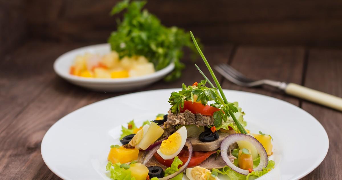 Фото Салат с отварным языком и овощами