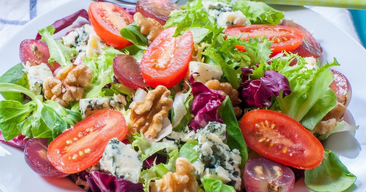 Фото Салат с голубым сыром, виноградом и грецкими орехами