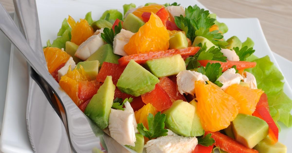 Фото Свежий салат с курицей и апельсинами
