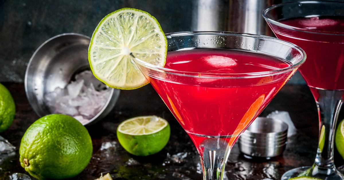 Фото Алкогольный коктейль на основе водки, апельсинового ликёра, клюквенного сока и сока лайма.