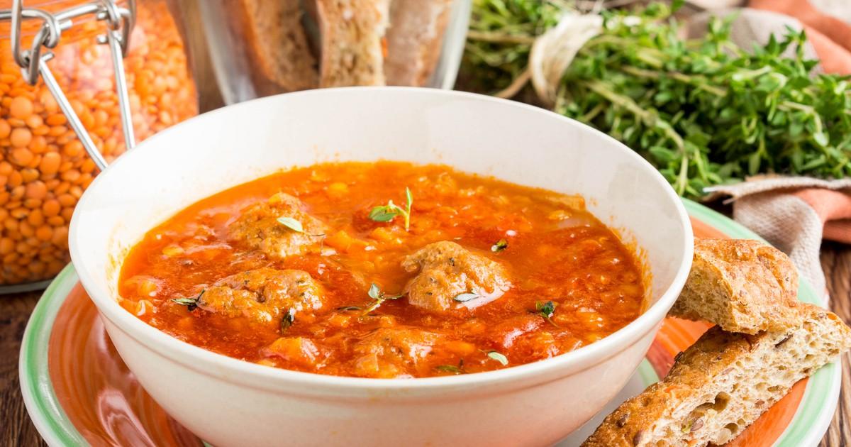 Фото Томатный суп с фрикадельками и чечевицей