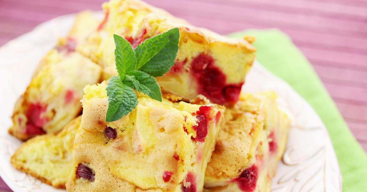 Фото Пышная шарлотка с вишней и яблоками