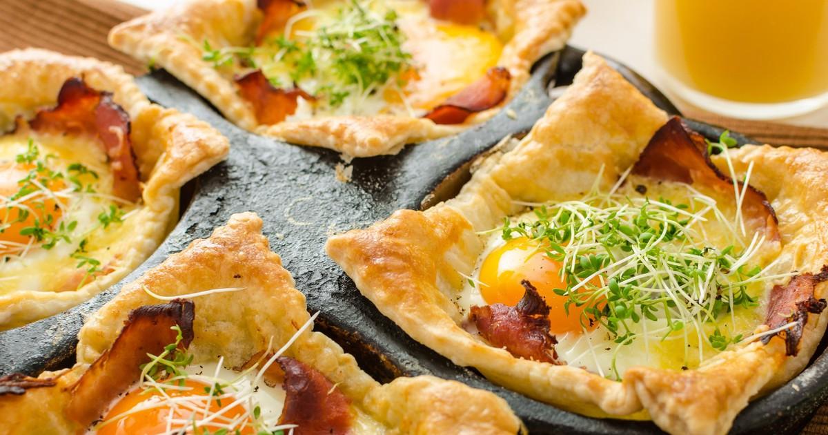 Фото Вкуснейшие слойки с яйцом, ветчиной и сыром для завтрака