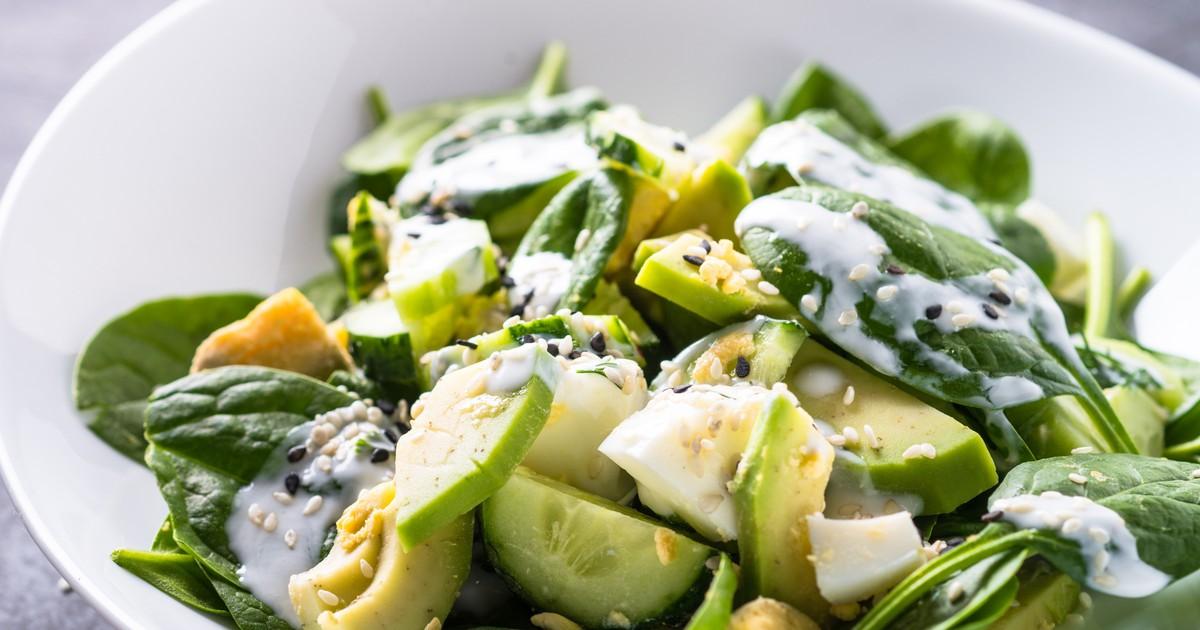 Фото Салат со шпинатом, авокадо, яйцами и огурцами