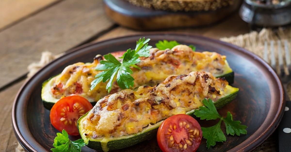 Фото Аппетитные кабачки, фаршированные курицей и овощами