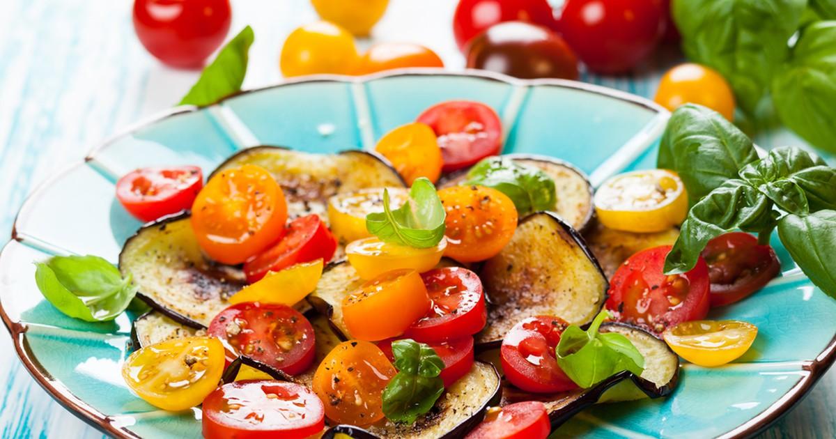 Фото Салат из жареных баклажанов с помидорами и чесночной заправкой